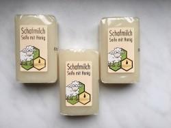 Мыло с медом, пчелинным воском, растительными маслами и овечьим молоком.